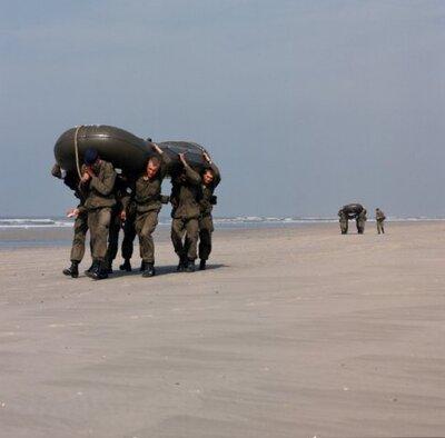 Oefening van het Korps Adelborsten van het Koninklijk Instituut voor de Marine op Texel.