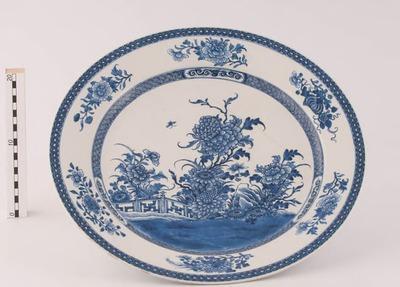 Grote chinees porseleinen schotel met blauw decor en bloementuin