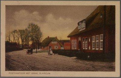 Het in 1917 gebouwde postkantoor aan de Huizerweg, ziende naar de Brink.