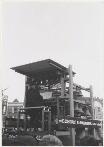 Grote Markt. Een carillon wat wordt bespeeld door beiaardier Arie Peters t.g.v de verplaatsing van het standbeeld van L.J. Coster.
