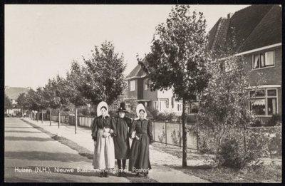 Nieuwe Bussumerweg met Pastorie en drie dames in Huizer klederdracht.