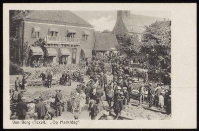 Schapen/lammerenmarkt op het Marktplein. Links Hotel Texel'.