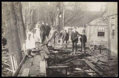 Broek in Waterland. Dijkdoorbraak in de regio Waterland. Foto: Ravage bij de Sint-Nicolaaskerk..