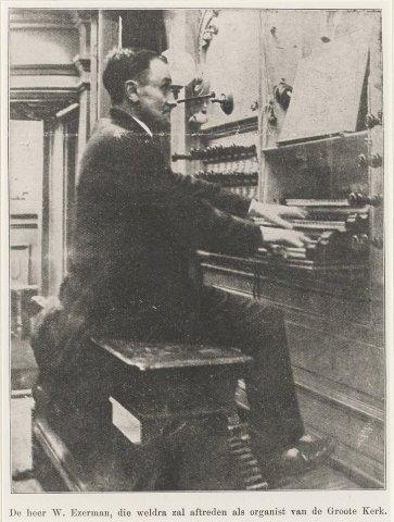 De Haarlemse stads organist en beiaardier Willem Ezerman achter de speeltafel van het Müller orgel in de Grote Kerk ter gelegenheid van zijn 25-jarig jubileum als           organist.