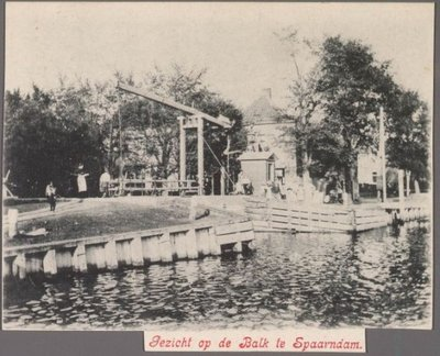 Gezicht vanaf de Taanplaats naar de Oostkolk op de toegangsbrug tot de Kolksluis, die De Balk werd genoemd omdat hij rond 1900 nog één hefbalk had.