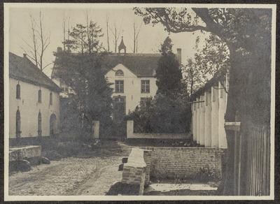 Huis Holtum, gezien van voren, met links en rechts dienstgebouwen