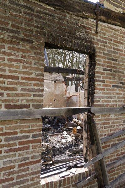 Detail venster voorgevel woongedeelte met de houtconstructie/vakwerk.