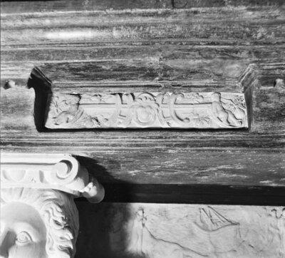 grafmonument, fries onder de onderzijde van de dekplaat