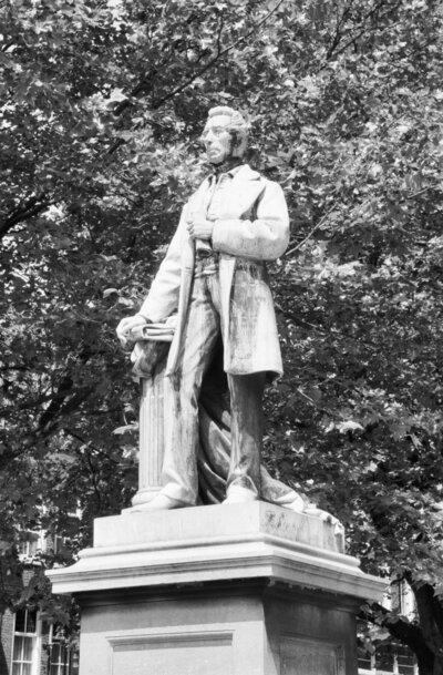 Exterieur BEELD 'J.R. THORBECKE' (FERDINAND LEENHOFF, 1874-1976)