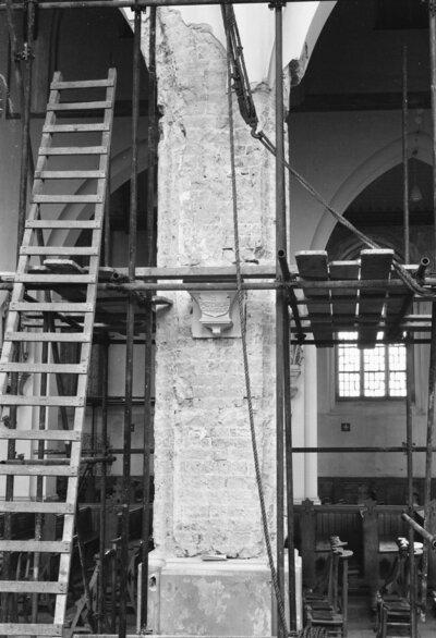 Kerk, pijler zuid zijde schip 2e vanuit het westen