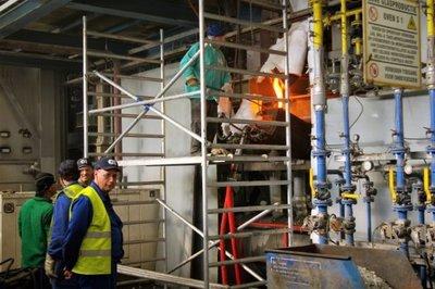 De oven wordt opengemaakt om leeg te kunnen stromen. In februari 2017 kwam het bericht dat de glasfabriek in Schiedam zou sluiten. Het personeel kwam in verzet met hulp van           de vakbonden. Er waren protesten en stakingen, maar de fabriek werd uiteindelijk toch gesloten.