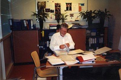 Conrector van sg. Spieringshoek C.R.J. Smakman in zijn werkkamer op de eerste verdieping naast de mediatheek in juli 2003.