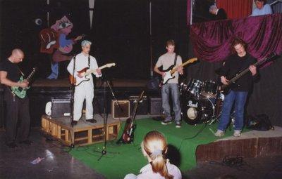 Op Scholengemeenschap Spieringshoek wordt op 29 maart 2001 het jaarlijkse Doorbraakfestival gehouden in de aula van de school. Een culturele avond door de leerlingen. Dit           jaar met het thema: Het moet niet gekker worden. Optreden van de muziekgroep 'Metallica'. Hierin speelt ook docent P. Hoornweg (geheel links) mee. De anderen v.l.n.r.: Andrei Popescu, (4           Ath.), Mark van der Waal (5 Ath.) (of Allert Hoekstra), Mark Burghout (?) (5 Ath.)