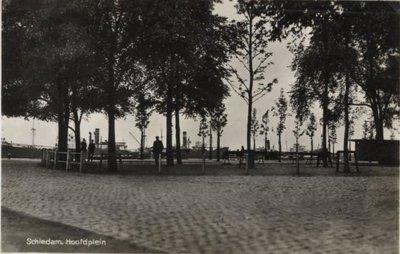 Het Hoofdplein, gezien vanaf de hoek Hoofdstraat/Hoofdplein in de richting van de Nieuwe Maas.