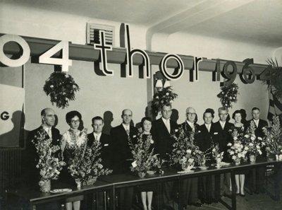 Het bestuur van de gymnastiekvereniging THOR. Foto genomen ter gelegenheid van het zestigjarig jubileum door B. van der Mast.