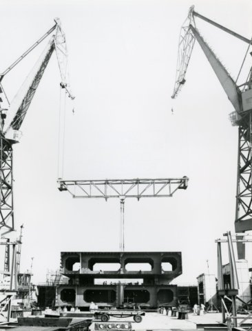 Bouwen van het ponton van het zelfliftende platform Pingtaichuan Yi Hao bij de werf van R.D.M. Het platform is op 31 augustus 1979 opgeleverd. Het is gebouwd onder toezicht           van RSV Gusto Engineering BV. Dit was een voortzetting van de offshore tak van Gusto Schiedam na de sluiting. Het platform is gebouwd aan de overkant van waar vroeger Gusto zat, bij R.D.M.           Het werktuig is ontworpen om te werken in waterdieptes van 20 meter en met golven van 6 meter Het project heeft meer dan 10 miljoen gulden gekost. Bouwnummer 961
