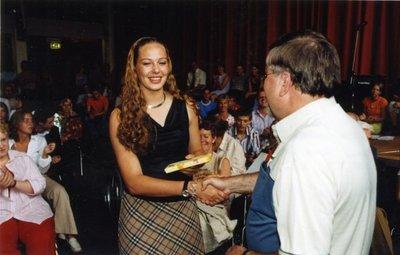 Op de dag van de uitreiking van de einddiploma's op sg. Spieringshoek (27 juni 2003) ontvangt Marloes Paulussen (5 Havo) uit handen van docent W.A.A. Handels een aandenken           wegens bijzonder resultaat voor het vak Duits.