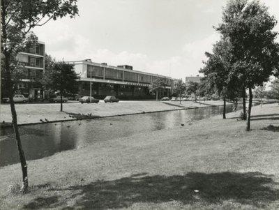 De Burgemeester Honnerlage Gretelaan tussen de Damlaan en de Parkweg. Links het pand van de Schiedamse Cartonnagefabriek.