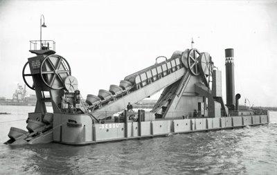 Zijaanzicht van de Sebou (Bnr. 575), een stationaire emmerbaggermolen, gebouwd door Werf Gusto in 1928. De Sebou is gebouwd in opdracht van Ackermans & Van Haaren te           Antwerpen. Fotonummer in het E-depot: 0386-490-006