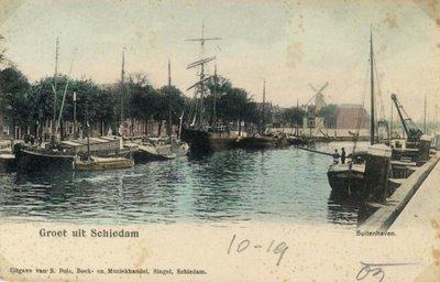 Geheel links de Hoofdstraat. In het midden de Voorhaven, gezien vanaf de Voorhavenkade in de richting van de Buitensluis.