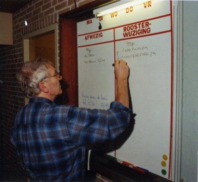 Op Scholengemeenschap Spieringshoek noteert op een dag in december 1998 conrector J.L.H. Meisters op het mededelingenboord de dagwijzigingen van het           lesrooster.