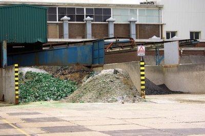 Een voorraad 'breukglas' op het terrein van de O-I glasfabriek. In februari 2017 kwam het bericht dat de glasfabriek in Schiedam zou sluiten. Het personeel kwam in verzet           met hulp van de vakbonden. Er waren protesten en stakingen, maar de fabriek werd uiteindelijk toch gesloten.