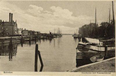 De Voorhaven, gezien vanaf de buitensluis in de richting van de Nieuwe Maas. Links het kantoor en werkplaatsen van de Stearinekaarsenfabriek Apollo aan de Voorhavenkade,           rechts, met de bomen de Hoofdstraat.