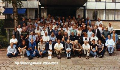 Groepsfoto van het bijna voltallige personeel van Scholengemeenschap Spieringshoek. Op de trappen van de hoofdingang op 6 juli 2000. De rector van de school is H.J.N.           Schoenmakers: onderste rij, achtste van links