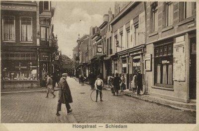 Links de Koemarkt en rechts de Hoogstraat. Rechts net de hoek met de Broersvest. Let op de jongen met de hoepel.