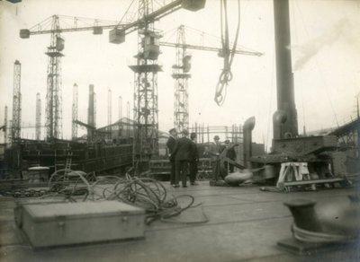 Mogelijk bezoek havenautoriteiten uit Le Havre in Frankrijk bij de werf Gusto. In het verband met de bouw van de drijvende 200 tons kraan Simbad bnr. 483. De Simbad is in           juli 1928 naar Le Havre gesleept door Smit & co. Frans Smulders rechts