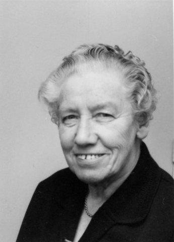 Jeanette van Haaften in haar kamer in het bejaardentehuis. Van Haaften is vanaf de jaren '30 tot aan haar pensioen schoolarts in Schiedam geweest. Ze was een markante           verschijning, omdat ze mank liep als gevolg van polio in haar jeugd.