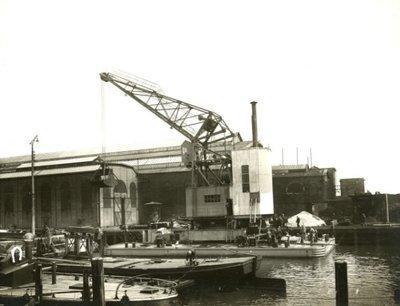 De Cory no. 1 bij de werf van Gusto. De Cory no. 1 was een 12 ton grijperkraan gebouwd door Gusto in opdracht van de Cory bros. Cardiff in 1930. Bouwnummer:           653.