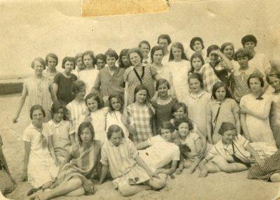 Leerlingen van de Huishoud- en Industrieschool op het strand van Oostvoorne. Geheel vooraan, omlaag kijkend Jo van den Tempel, ca. 1930
