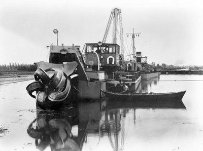 Vooraanzicht van de Gironde I-II (Bnr. 701), een stationaire D.E. Cutter-Bakkenzuiger, gebouwd in 1936 door Werf Gusto. De Gironde I-II is gebouwd in opdracht van Ackermans           & Van Haaren. Fotonummer in het E-depot: 0386-493-005