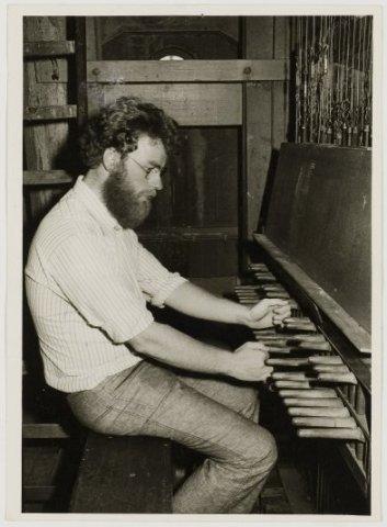 Beiaardier Gert Oldenbeuving aan het werk in de Wijnhuistoren.