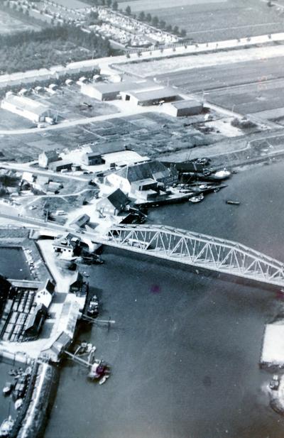 Haven van Tholen vanuit de lucht met de oude brug.