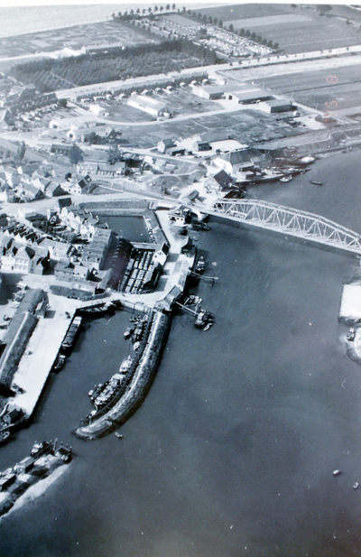 reproductie luchtfoto van de haven en de oude brug.