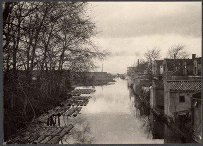Valkstraat te Zaandam. De Vaart met rechts de achterzijde van de Valkstraat gezien in Noordelijke richting vanaf de brug in de Parkstraat. Links het terrein van de           houthandel van Simonsz en Weeteling.