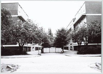 Zaandam. Mgr. Nolensstraat. Flat gezien naar het zuiden vanaf Pieter Jelles Troelstralaan