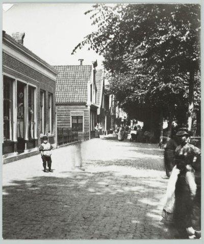 Zaandam Oostzijde Links nr. 5, huis voorbij hekje nr. 9 (hoek Peperstraat)