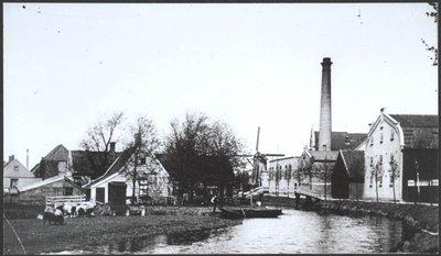 Wormerveer het Dijkje Jonge Vool (Oliemolen + Pelmolen) Toevoeging: Het Jonge Vool* Olie- en pelmolen Windbrief aan Dirck Jansz. Ghijsen en Jan Maes, dd. 14 mei 16\n.           Gebouwd als enkelwerks oliemolen en in 1838 pelmolen geworden, terwijl het oliewerk intact bleef. Was in 1753 nog enkele oliemolen. Op 19 augustus 1930 geraakte deze kleine pelmolen, die           toen al enige jaren had stilgestaan, in brand. Hij verbrandde niet geheel en werd na de blussing omver getrokken. Hij heeft gestaan aan weg en Zaan, aan het Dijkje, tussen de oliefabrieken           De Engel en De Toekomst.