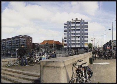 Zaandam. Peperstraat. Beatrixbrug. Op de achtergrond de Beatrixflat naast de brug. Links er naast het Filmhuis De Fabriek aan de Jan Sijbrandstraat.