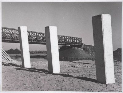 Laan der Vrijheid te Zaandam Baileybrug over De Gouw ten behoeve van de ontwikkeling van de nieuwe wijk Poelenburg Op de voorgrond de eerste betonnen palen voor de nieuwe           brug tussen de Walraven van Hallstraat en Twiskeweg