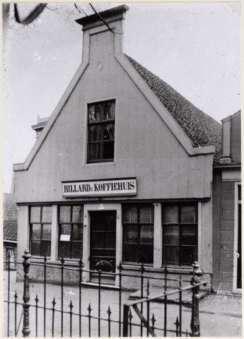 Zaandam Hogendijk Hogendijk 46-48, Biljard en Koffiehuis, naast het huis van Gebroeders Bes het Huis der Cardinalen.