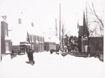 Zaandam. Wintersbeeld gezien vanaf de ingang van de Hoopbrug. Naar het zuiden toe gezien.