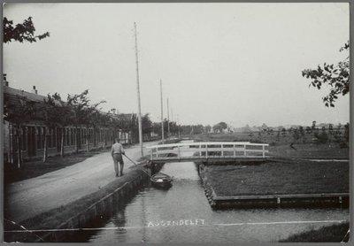 Assendelft Noord Dorpsstraat links: 12 woonhuizen (2 blokken van 6), v.l.n.r. nr. 964 t/m 986 (even) rechts: het tegenwoordige industrieterrein