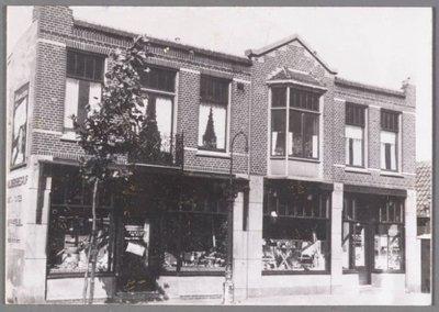 Zaandam. Westzijde 372-374. Winkel in ijzerwaren en huishoudelijke artikelen van Joop van de Stadt. In een van de twee bovenwoningen woonde Joop van de Stadt zelf, de andere           had hij verhuurd.