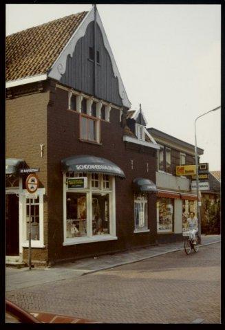 9c4cb46ff08 Koog aan de Zaan. Raadhuisstraat. Hoek Raadhuisstraat. no. 2  Schoonheidssalon. In