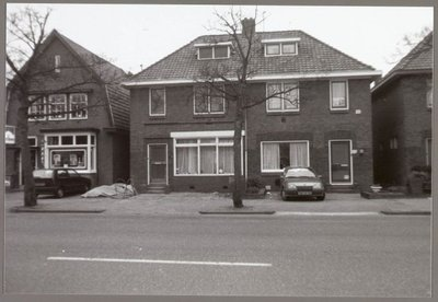 Wormerveer Wandelweg Woningen aan de zuidkant van de Wandelweg. Midden no. 136 dameskapsalon J.J. Kok, no. 138 voorheen de tandartspraktijk van tandarts Visser, daarna kwam           weekkrant Telixer in het pand. Links no. 140 tabakszaak/winkelpand en herenkapper van A.C. van Hoof, later voortgezet door Th. G. van Norden.