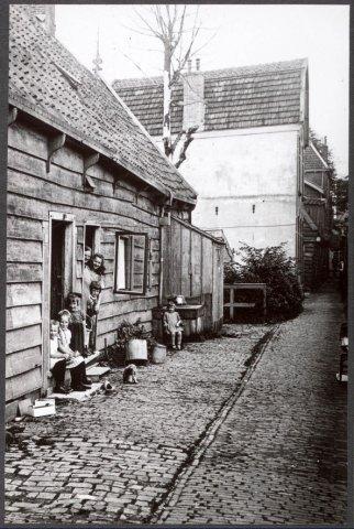 Zaandam Ossepad (t/o Verkade's Fabrieken) de houten huizen zijn gesloopt. Het hoge stenen huis krijgt later als huisnummer Westzijde 105D